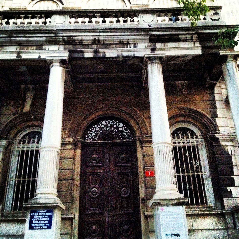 Eski kadıkoy Kız Lisesi kosk binası ana giris kapısı